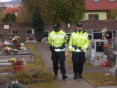 Ústečtí strážníci střeží hřbitovy v době Dušiček.