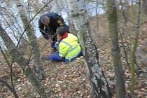 Strážníci opatrně k muži přistoupili a poté ho uchopili pod paždí a vyvedli ho křovím od okraje skály.