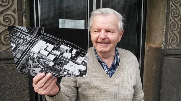 Václav Krejčí ukazuje, jak mělo vypadat dokončené sektorové centrum, které projektoval.