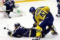 Ústečtí hokejisté (modří) doma prohráli s Přerovem 2:3 po nájezdech.