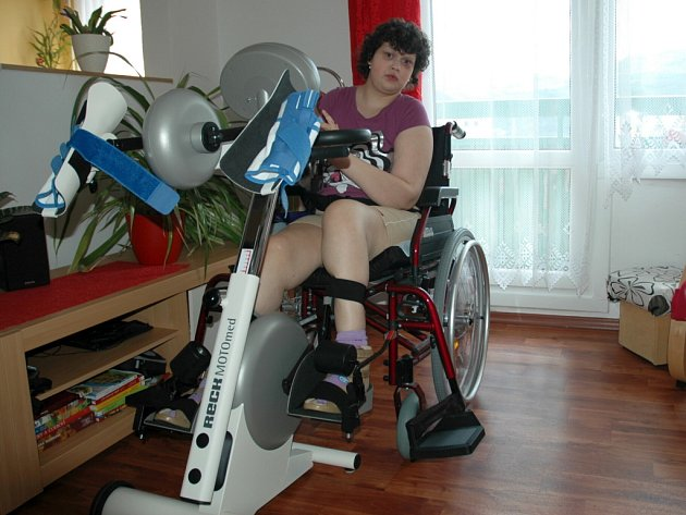 Nikola Romová cvičí na speciálním přístroji.