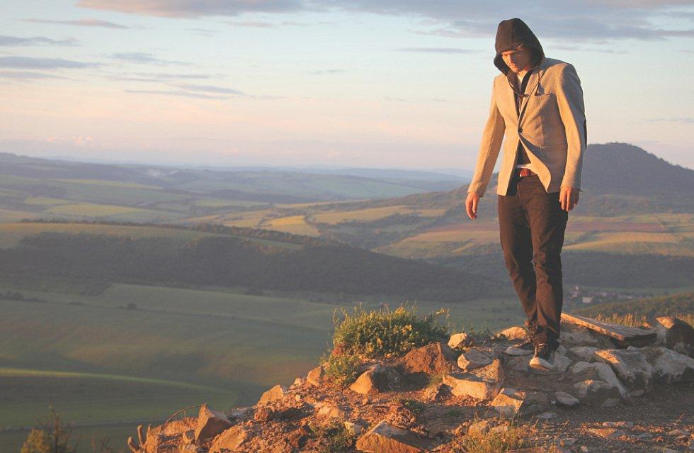 Scény z nového klipu Davida Deyla.
