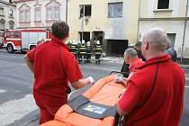 Dva muži z domu utekli než strop spadl. Jedna žena ale zůstala uvězněná pod traverzou, další zřejmě zavalila suť.