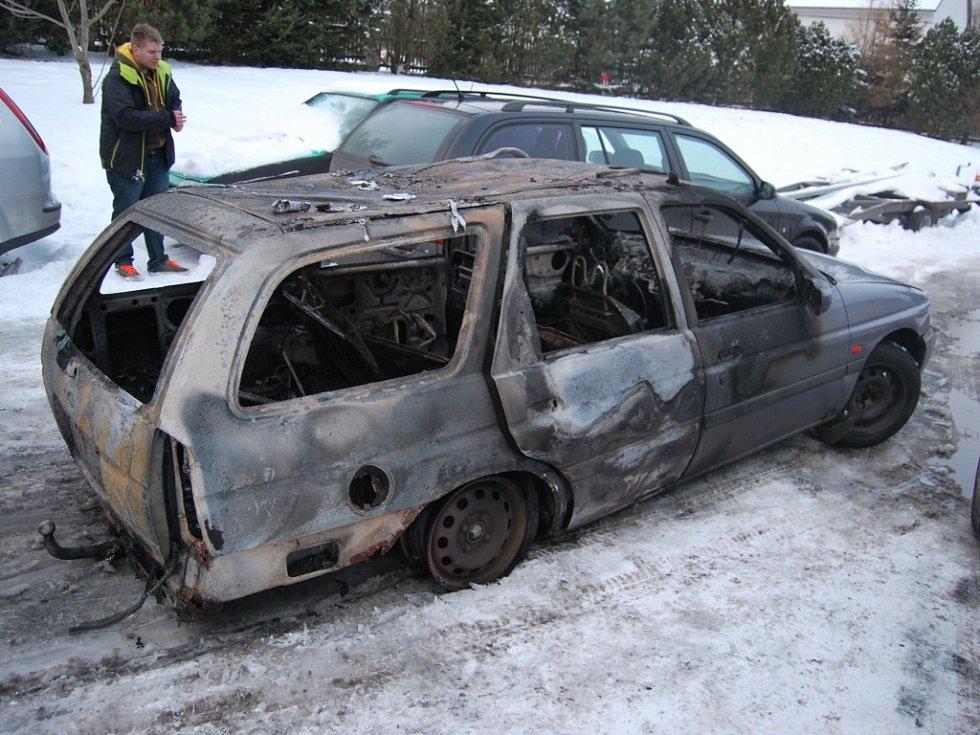 V garáži došlo ke vznícení benzínových výparů při neopatrné manipulaci s otevřeným ohněm u nádrže osobního vozu. Automobil začal ihned hořet.