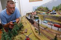 JIŽ ČTRNÁCTÝ velký modelový panel železnice postavil na trmickém zámku místní kastelán Jan Souček.