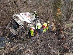 Popelářský vůz vyjel u obce Leština ze silnice a skončil v potoku. U nehody zasahoval i záchranářský vrtulník.