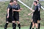 Fotbalisté Brné (černí) porazili v zahajovacím utkání krajského přeboru Kadaň (žlutomodří) 6:2. Fotbalisté Brné ilustrační