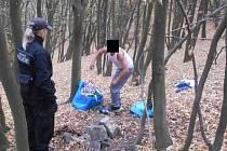 Muž v lesíku vypaloval kabely.