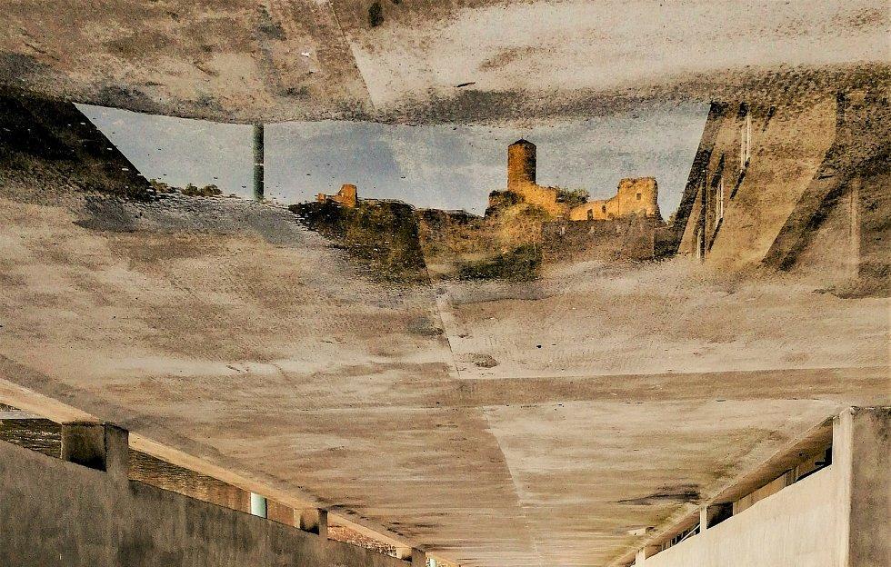 Ústecký fotograf Martin Vodňanský si oblíbil snímky zachycující dominanty města nad Labem v odrazu kaluže. Říká jim loužovky. Na snímku je hrad Střekov.