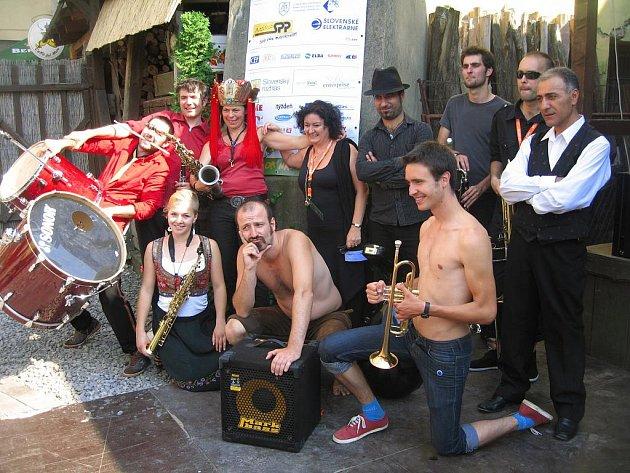 All star refjudží band bavil osobitou verzí hymny Barevnou planetu 2009.
