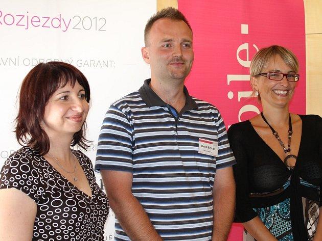 Hedvika Šťastná (vlevo) a David Bíróczi při vyhlášení krajských výsledků Rozjezdů v ústeckém Clarion Congress Hotelu.