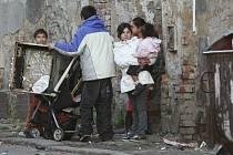 Lidé, kteří se stěhovali z nebezpečného domu v Předlicích, se moc fotografovat nechtěli. Začátkem příštího týdne se stanou nájemníky ústeckých ubytoven.