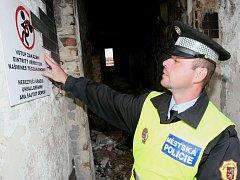 Cedule se zákazem vstupu do vybydlených domů v Předlicích.