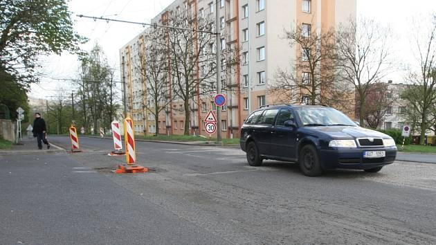Ve Staré ulici musí řidiči v posledních dnech jezdit velmi opatrně. Vrchní vrstvu asfaltu již dělníci odstranili, nový povrch zde položí až během víkendu.