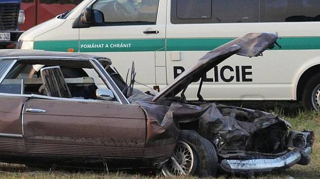 Řidič v mercedesu vyjel v zatáčce mimo komunikaci a převrátil se. Na místě zemřel.