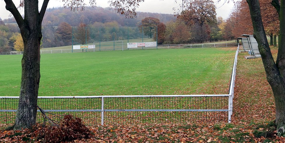 Fotbalové hřiště v Hostovicích je kuriózní sklonem v podélném i příčném směru. Pohled z dolního pravého rohu