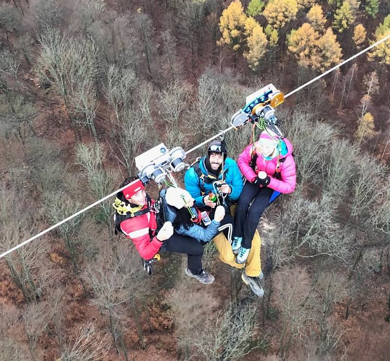Ve čtvrtek poprvé zprovozní novou atrakci v Klínech na Mostecku. Krušnohorským údolím prosvištíte na unikátní zipline. Reportér Deníku lanovou dráhu vyzkoušel ještě před otevřením.