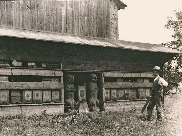 Na fotce z roku 1933 je včelař Franz Zienert z Lipové na snímku samotného archiváře Umlaufta.