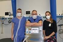 Na Klinice anesteziologie, perioperační a intenzivní medicíny s ventilátorem CoroVent. Zprava MUDr. Lenka Horáková, DESA, primář MUDr. Josef Škola, EDIC, a MUDr. Tomáš Pařízek.