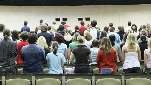 Téměř stovka studentů UJEP se shromáždila ve čtvrtek ráno v aule univerzity,aby dala najevo že si nepřejí pochod neonacistů. Akci otočme se k náckům zády iniciovali samotní studenti.