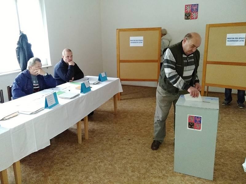 První voliči a komise v hasičárně ve Skoroticích