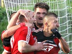 Fotbalisté Brné se radují z branky.