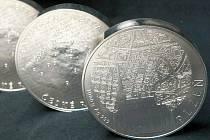 Obr ve stříbře. V jablonecké České mincovně razí další unikát. Mince má největší průměr, jaký kdy mincovna razila.