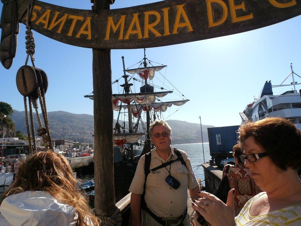 Ervín Dostálek na portugalském ostrově Madeira na replice Kolumbovy lodi Santa Maria, s níž dobyvatel Nového světa z Madeiry směřoval ke světadílu, později nazvanému Amerika. Šlo o největší ze tří lodí, s nimiž se Kryštof Kolumbus plavil v roce 1492.