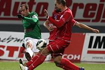 Fotbalisté Baumitu porazili v odvětě Ústí 5:0 a hladce prošli do pohárového čtvrtfinále. Gól dal i Tomáš Jablonský z Jablonce, který na snímku střílí přes Pavla Džubana.