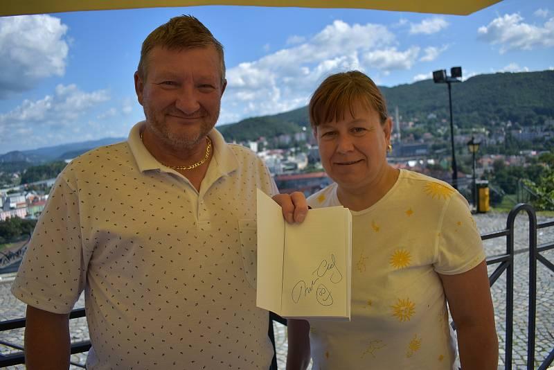 Babišovi sympatizanti z Teplic Josef Kalfus a Lenka Zemanová s Babišovou knihou podepsanou samotným premiérem.