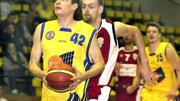 Basketbalisté Ústí deklasovali v derby celek Chomutova 102:59. Na snímku uniká ústecký Aleš Hanzlík (42) hostujícímu Junkovi.