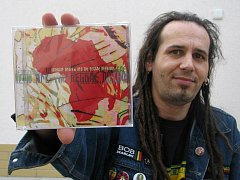 Zpěvák a autor písní Uragganu Ondra Skalák s CD, nominovaným na prestižní hudební cenu.