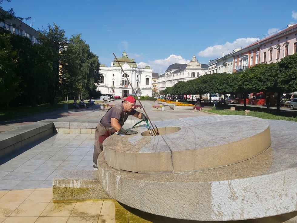 Čištění fontán má na starosti i Luboš Zajan