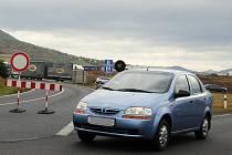 Nemilé překvapení čeká řidiče, kteří chtějí najet v Lovosicích na dálnici směrem na Prahu. Nájezd je uzavřen a řidiči musí najíždět na dálnici v průmyslové zóně.