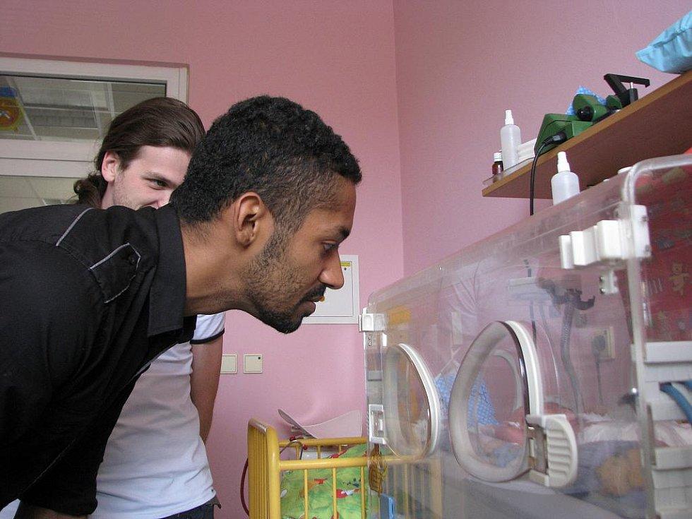 Novorozenecké oddělení Masarykovy nemocnice navštívil známý tanečník Yemi.