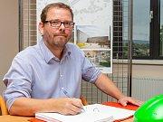 Rektor Martin Balej podepisuje smlouvu na výstavbu CPTO.