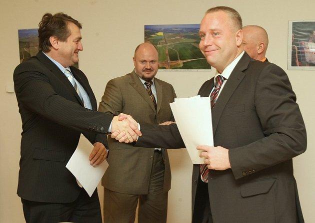 Zástupci ČSSD podepisují dohodu o spolupráci s ODS.