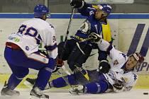Ústečtí hokejisté (modro-žlutí) prohráli na ledě Litoměřic 1:3.