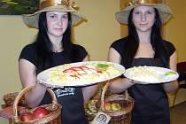 Dívky představují pouhý zlomek výrobků z produkce regionálních farmářů, kteří se na trhy chystají.