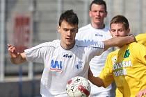 Ústečtí fotbalisté (vlevo Holek) před týdnem porazili Sokolov 2:0. Nyní je čeká derby v Mostě.