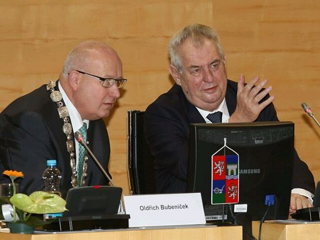 Miloš Zeman s Oldřich Bubeníček při debatě s krajskými zastupiteli a starosty.