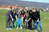 Na golfové hřiště v Libouchci dorazilo třináct školáků s učitelem Janem Adamcem.