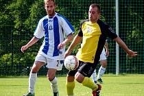 Fotbalisté Chlumce (žlutí) doma porazili Chabařovice 3:2 po penaltách.