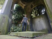 Historik Martin Krsek poukazuje na zdevastované staré hroby, poničené hrobky a zchátralou neogotickou kapli.