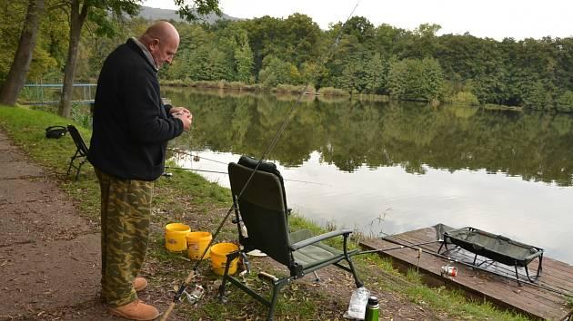 Na zámecký rybník v Chlumci jezdí i rybáři z Aše