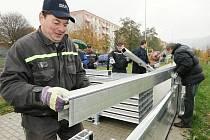 Nácvik výstavby mobilní protipovodňové hráze na střekovském nábřeží.