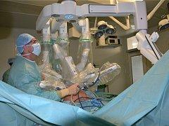 Operace za pomoci metody single site a ukázka speciálního nástavce pro robot da Vinci Xi.