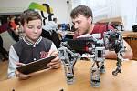 Roboti ve výuce? Ano, ale až na druhém stupni. Mladší děti by podle Josefa Holého měly ve třídách posilovat hlavně přirozené vazby k učiteli a spolužákům, nikoli k robotům. Ilustr. foto.