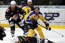 Ústečtí hokejisté (žlutí) prohráli v úvodním čtvrtfinále na ledě Chomutova 1:4.