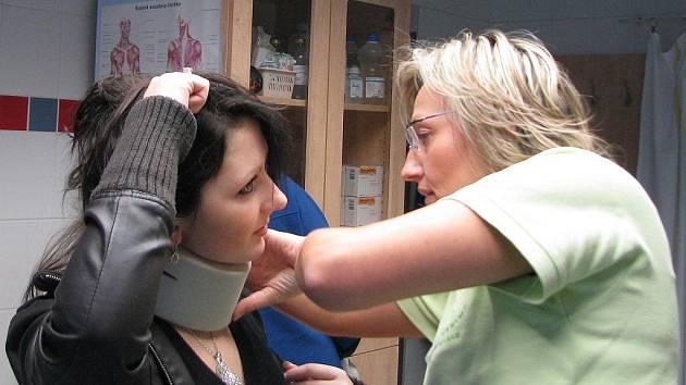 Zdravotní sestřička Helena Horáčková nasazuje pacientce krční límec na krk poté, co jí pád masy sněhu ze střechy pohmoždil krční páteř.